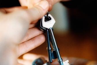 Närbild på händer som håller i två nycklar