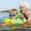 Äldre dam badar med barnbarn.