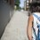 En bild bakifrån på ett barn med en blå ryggsäck.