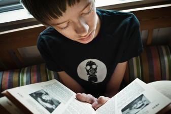 Pojke läser.
