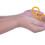 En bild på ett par händer som håller i mans- och kvinnosymbolen
