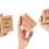 Tre händer som håller upp skyltar där det står :