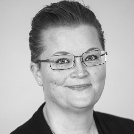 Svartvitt foto på Sara Söderlund