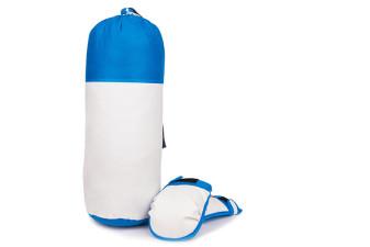 En bild på en blå och vit boxningssäck med ett par boxningshandskar bredvid