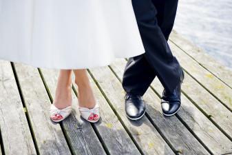 Bild på skorna på en brud och en brudgum.