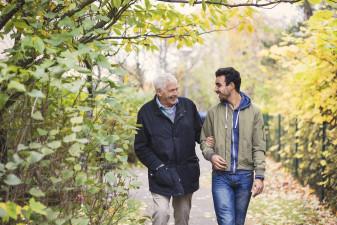Två personer i olika ålder som promenerar tillsammans