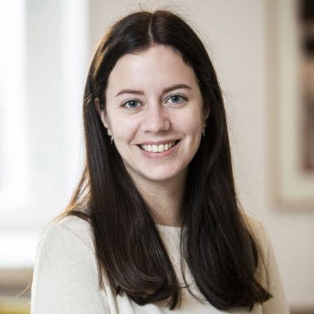 Porträttfoto på Emilie Löfgren-Jarl, forskningsadministratör