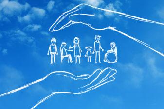 Illustration av människor som skyddas av händer