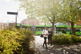 Grön buss i stadsmiljö