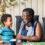 Äldre kvinna och barn skrattar tillsammans
