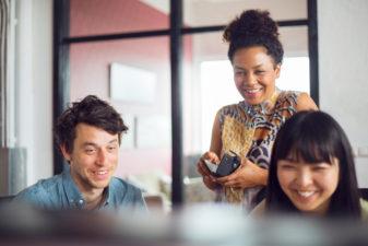 Kollegor skrattar tillsammans
