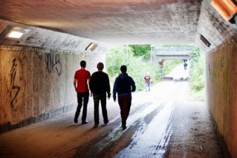 Ungdomar i gångtunnel