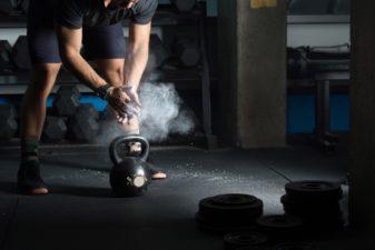 Man som förbereder sig för att lyfta en vikt på gymmet