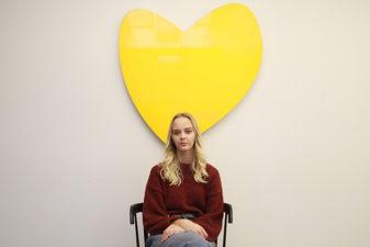 Foto på Jennifer Ottestig framför gult hjärta som symbol för Friends