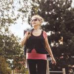 Vanja Brusewitz går i träningskläder genom solig park