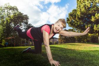 Vanja Brusewitz, 82 år, gör yoga i en solig park