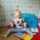 Flicka med Downs syndrom läser böcker på golvet