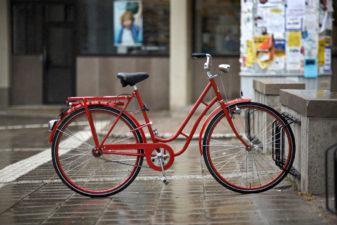 Röd cykel parkerad i stadsmiljö