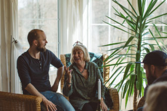 En man samtalar med en kvinna med krona på huvudet