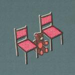 Grafisk illustration av en nalle som sitter på golvet mellan två stolar.