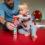 Pappa och dotter bygger torn