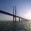 Bro som leder bort över vatten