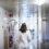 Ensam kvinnlig läkare i sjukhuskorridor