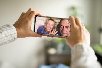 En person har ett videosamtal med två andra personertvå
