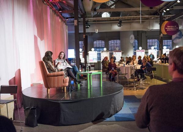 Jonna Bornemark och Mia Odabas samtalar på scen