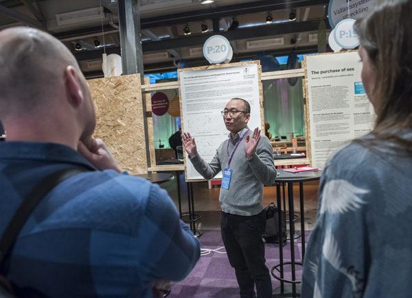 Forskare presenterar sin poster