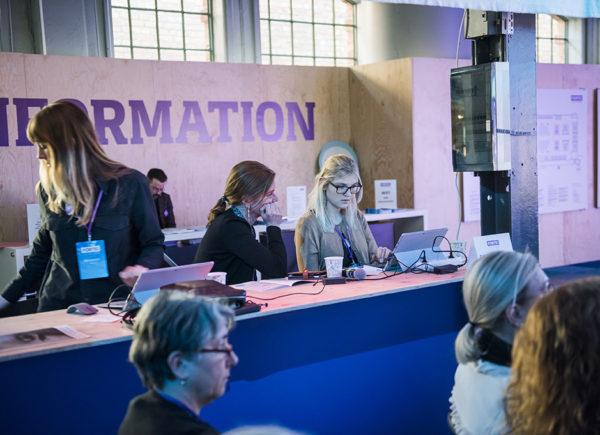 Personer med datorer framför fortes informationsdisk