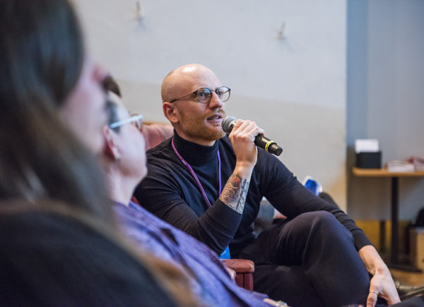 Thomas Jacobsson, programansvarig på Forte, ställer frågor på ett seminarium