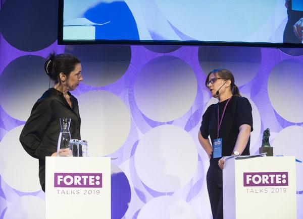 Mia Odabas ställer frågor till Torun Österberg på scen