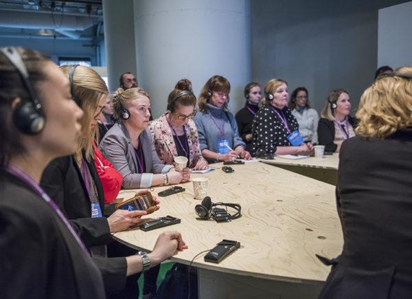 Åhörare lyssnar till ett vetenskapligt samtal