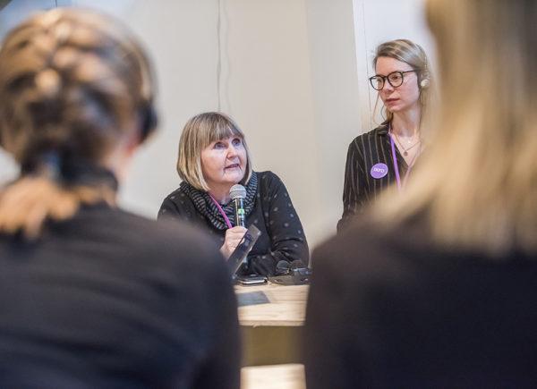 En presentatör håller i ett vetenskapligt samtal